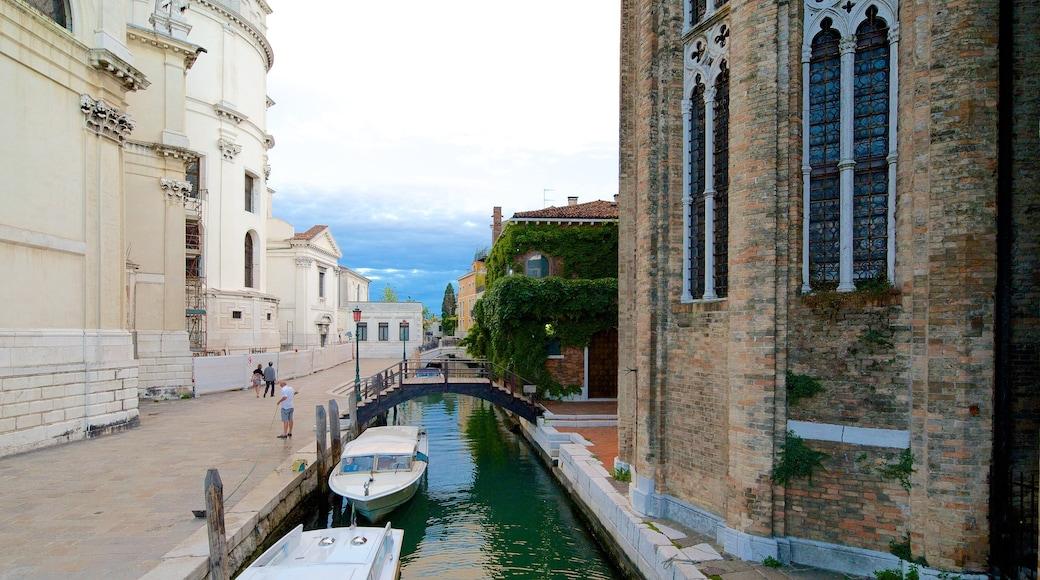 Venedig das einen Fluss oder Bach und historische Architektur