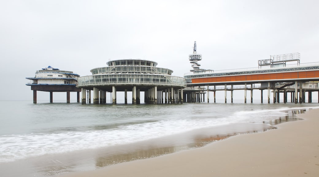 Scheveningen Pier mit einem Sandstrand