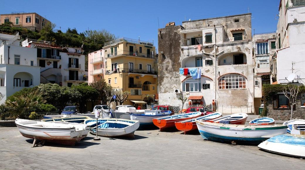 Ischia fasiliteter samt hus og historisk arkitektur