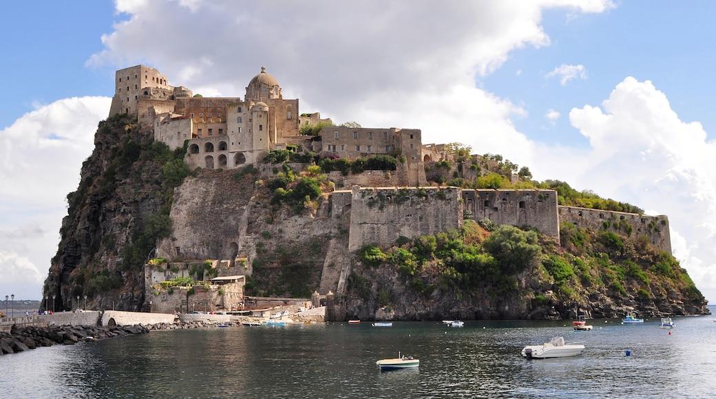 Ischia fasiliteter samt historisk arkitektur, palass og øylandskap