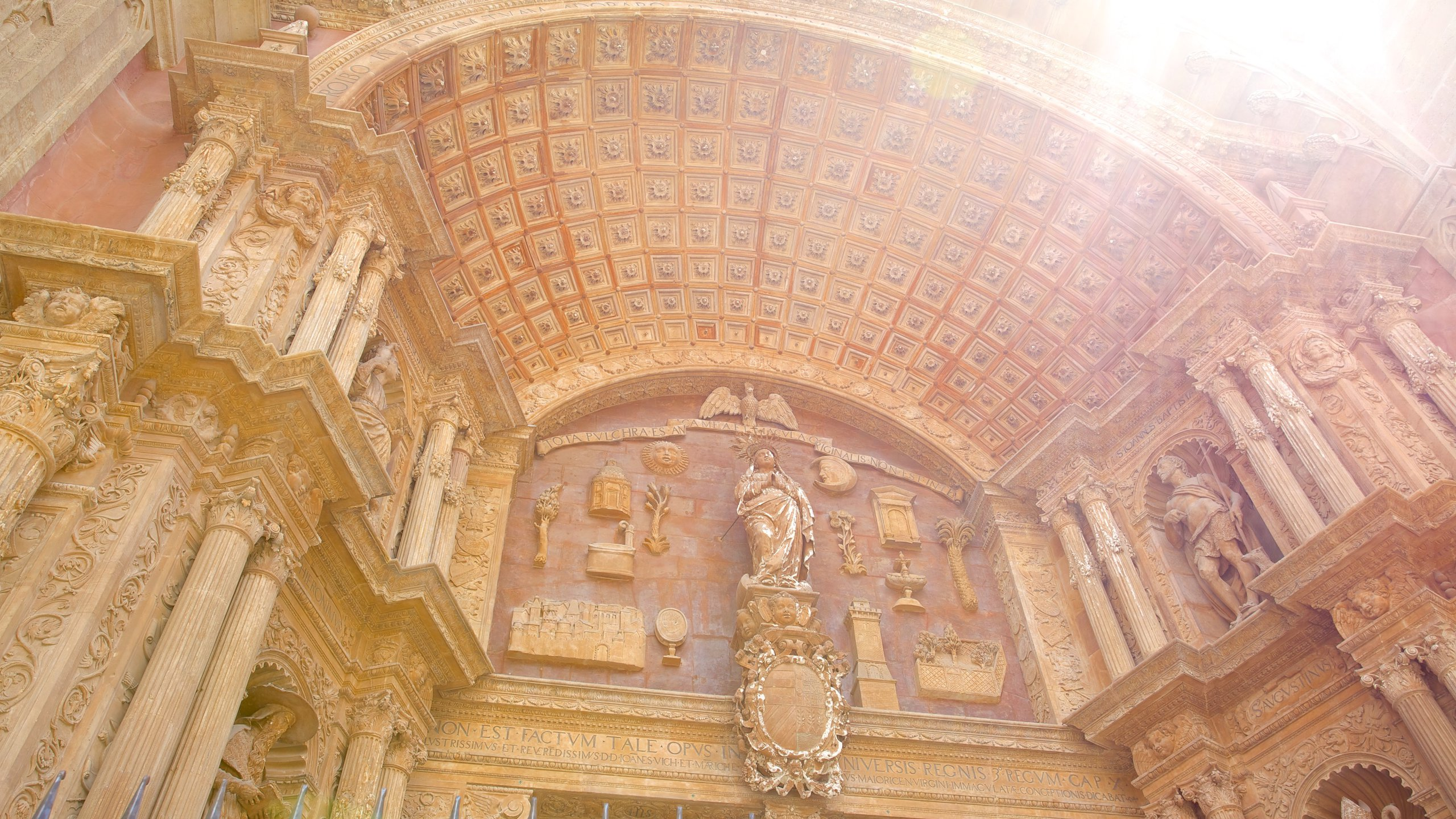 Um dos marcos mais famosos de Maiorca, a Catedral de Maiorca apresenta linda arquitetura gótica e obras de alguns dos maiores artistas espanhóis.