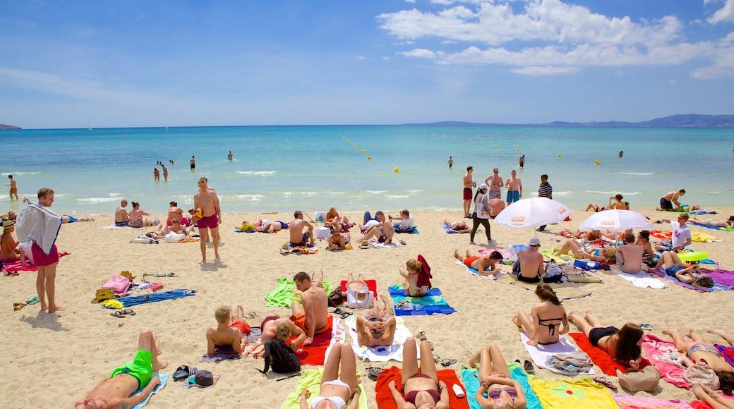El Arenal ofreciendo una playa y también un grupo grande de personas