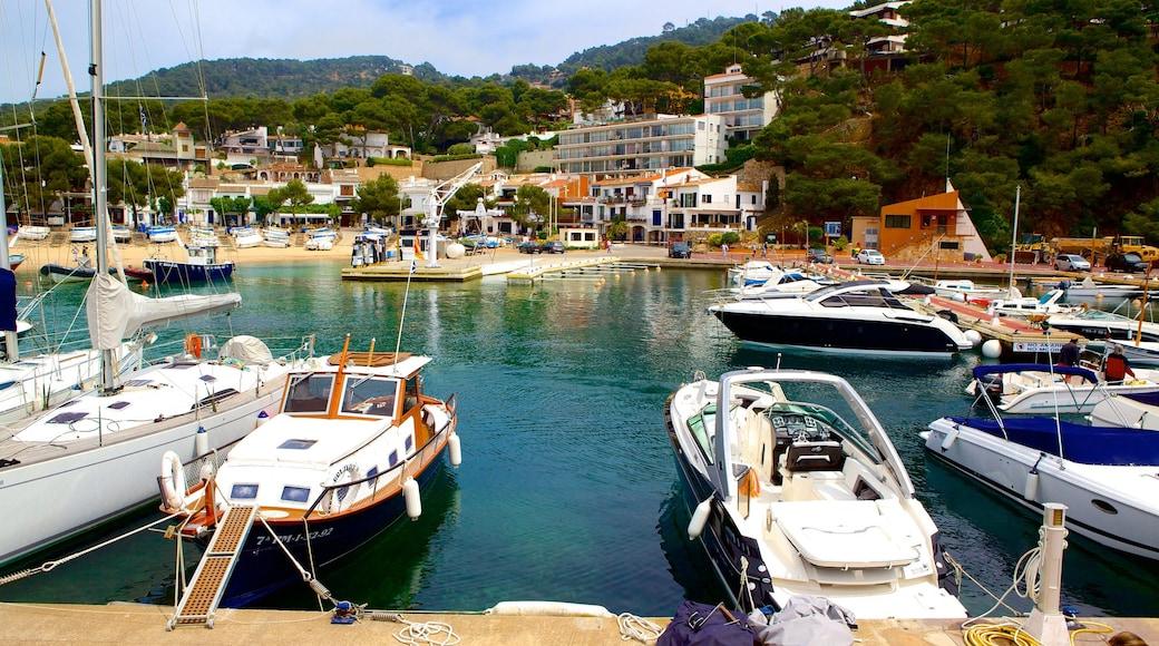 Llafranc som visar en kuststad och en marina