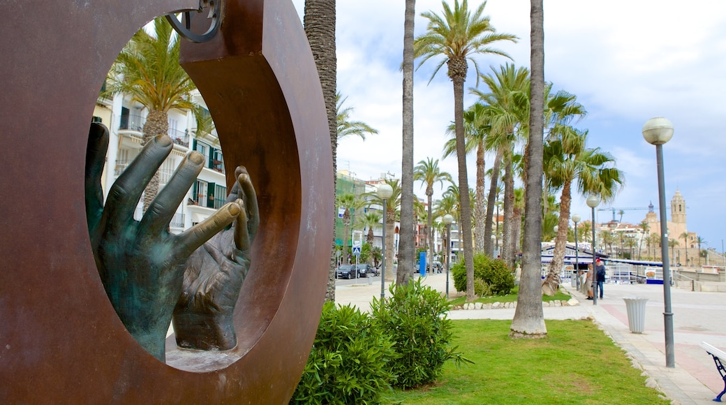 Sitges which includes outdoor art and art