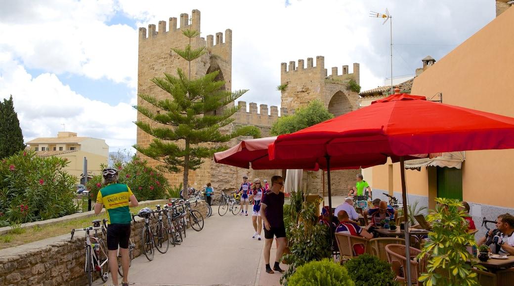 Alcúdia welches beinhaltet Café-Szenerien, Essen im Freien und Palast oder Schloss