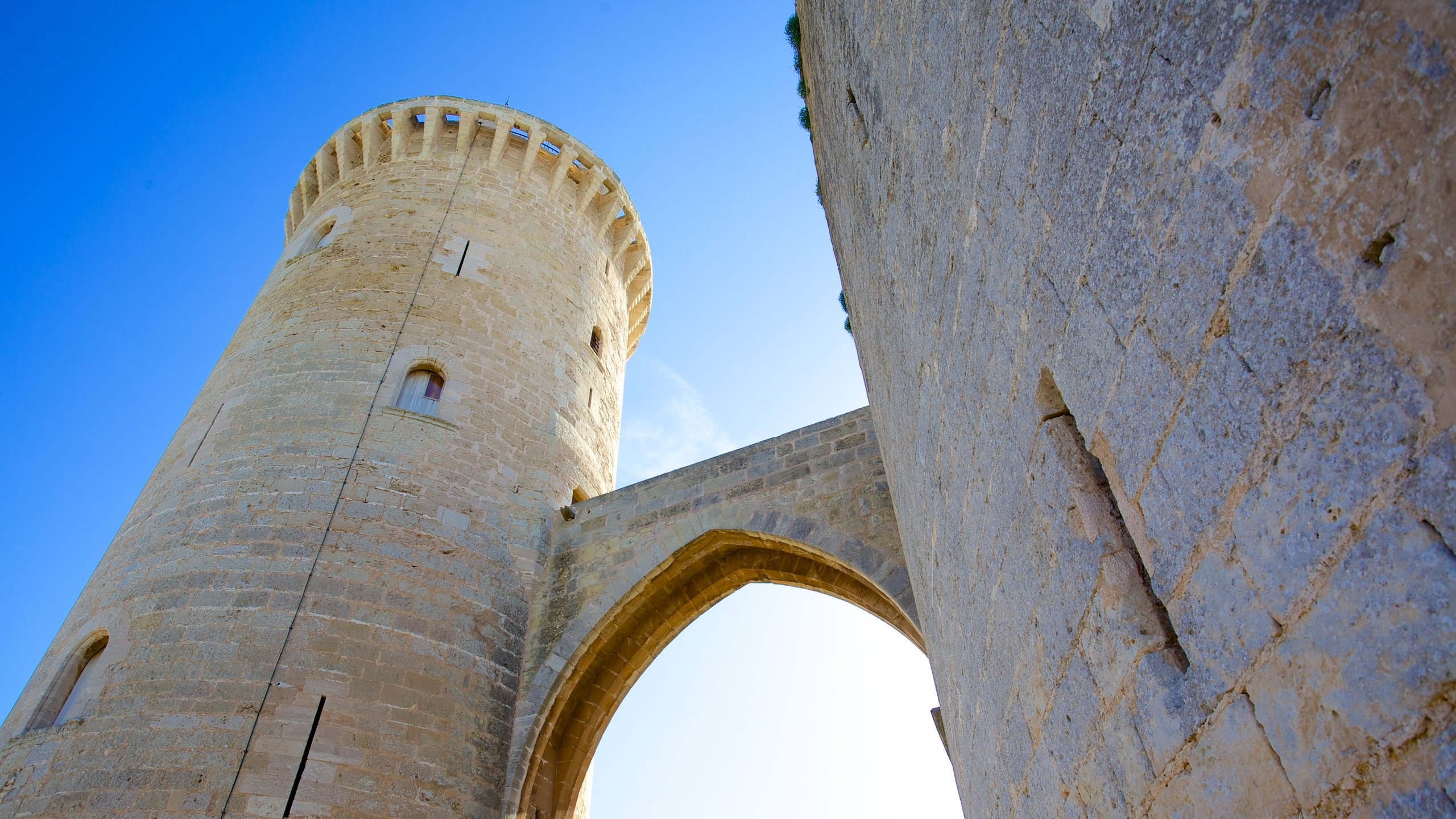 Este castelo do século XIV incrivelmente preservado tem vistas estonteantes da cidade e dá uma ideia da rica história de Maiorca.