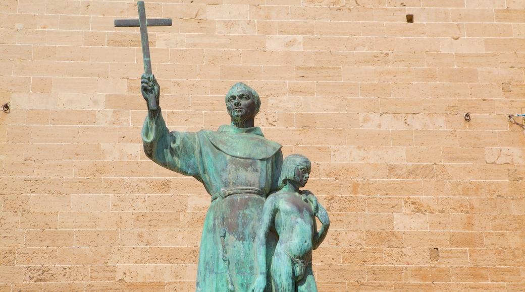 Basílica de San Francisco mostrando elementos religiosos y una estatua o escultura