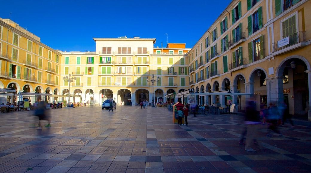 Plaza Mayor de Palma som inkluderar ett torg och historisk arkitektur
