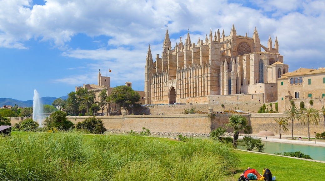 Parc de La Mar featuring a garden, heritage architecture and a church or cathedral