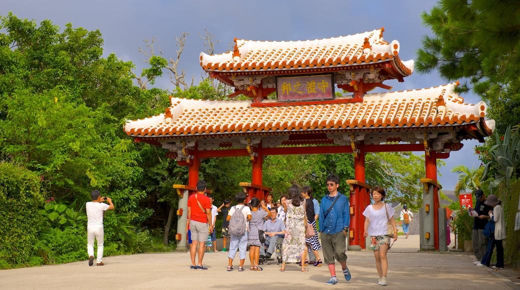 Shurijo Castle mit einem historische Architektur sowie große Menschengruppe