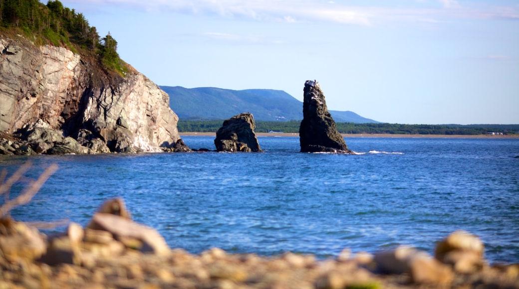 Isla Cape Breton ofreciendo costa escarpada