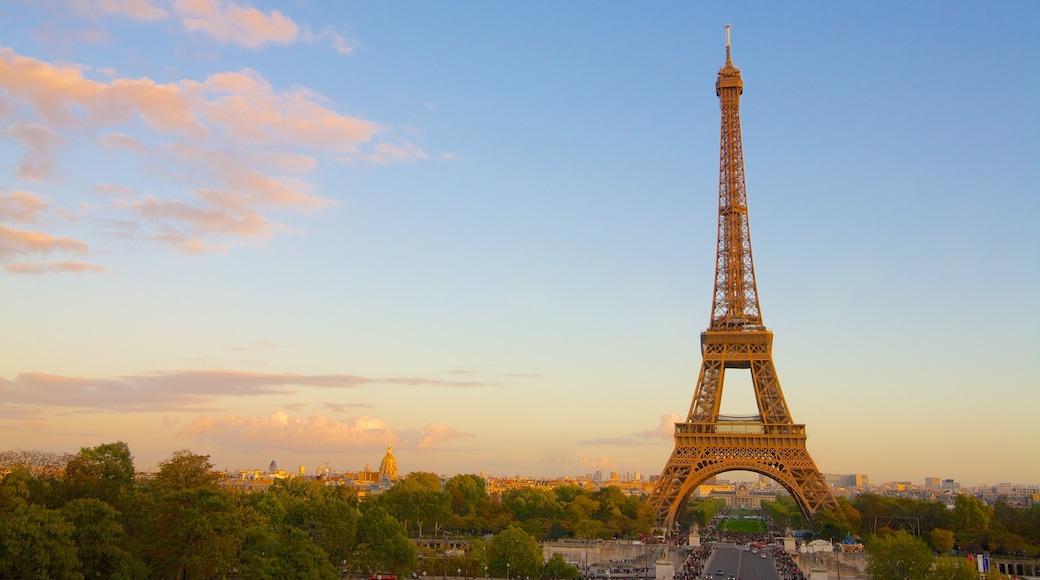 Torre Eiffel mostrando un monumento, un atardecer y arquitectura patrimonial