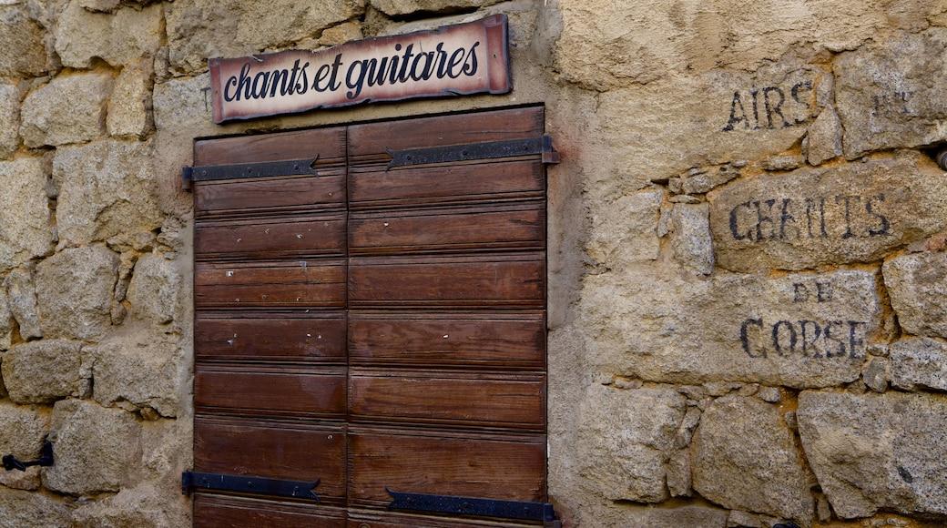 Porto Vecchio che include segnaletica