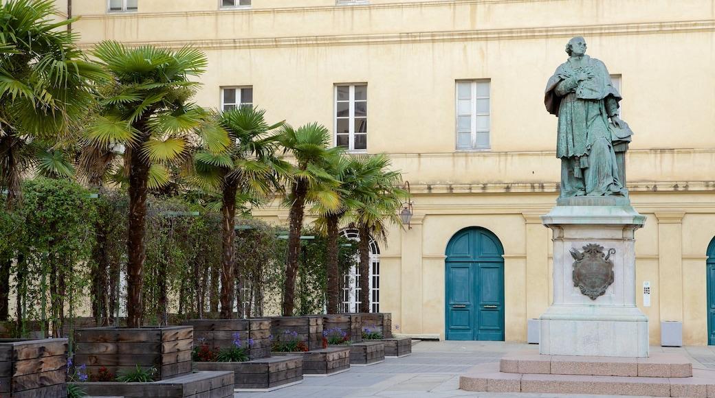 Musée Fesch montrant square ou place et statue ou sculpture