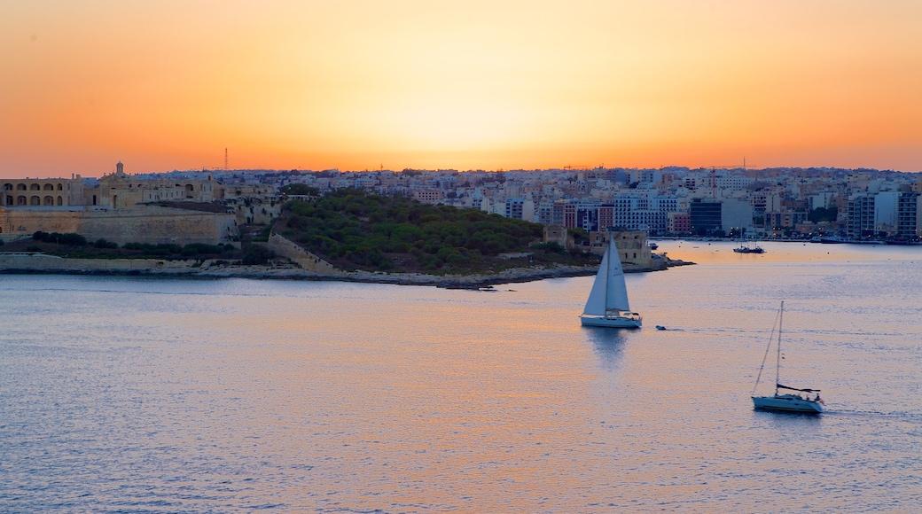 Valletta mit einem Sonnenuntergang und Küstenort