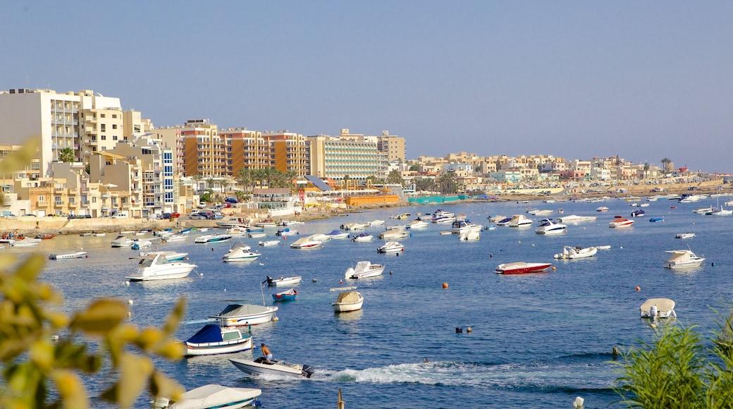 Qawra das einen Bootfahren und Küstenort