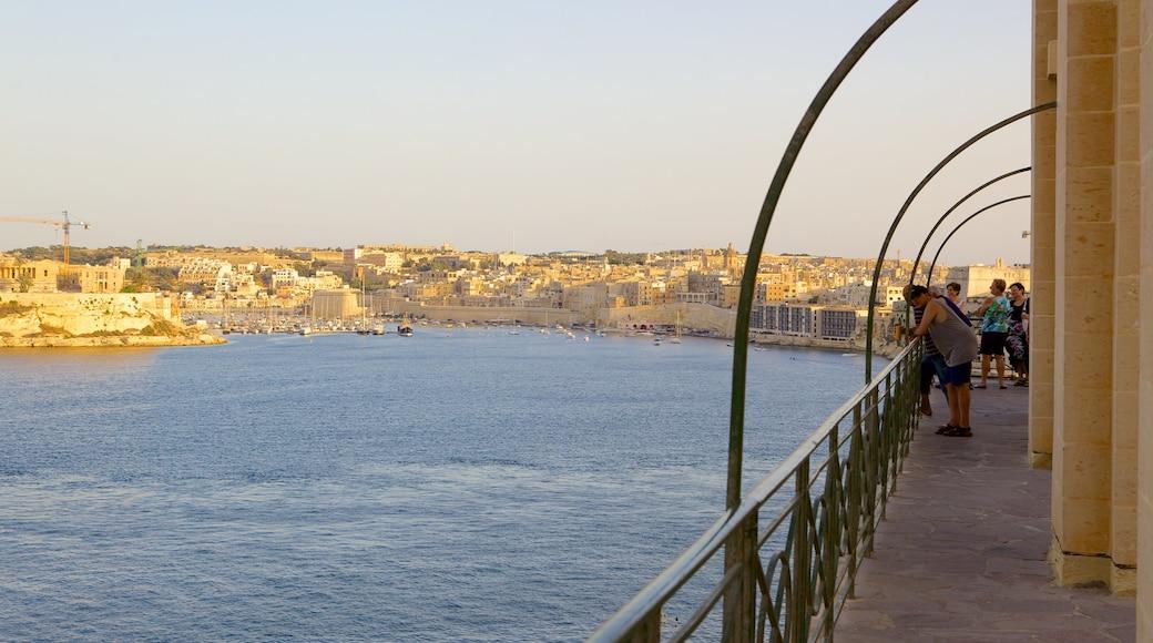 Grand Harbour welches beinhaltet Bucht oder Hafen und Küstenort