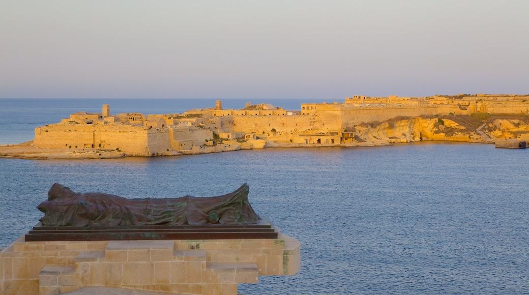 Grand Harbour welches beinhaltet Sonnenuntergang, historische Architektur und Küstenort