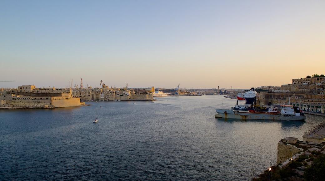 Grand Harbour mit einem Bucht oder Hafen, Küstenort und Sonnenuntergang
