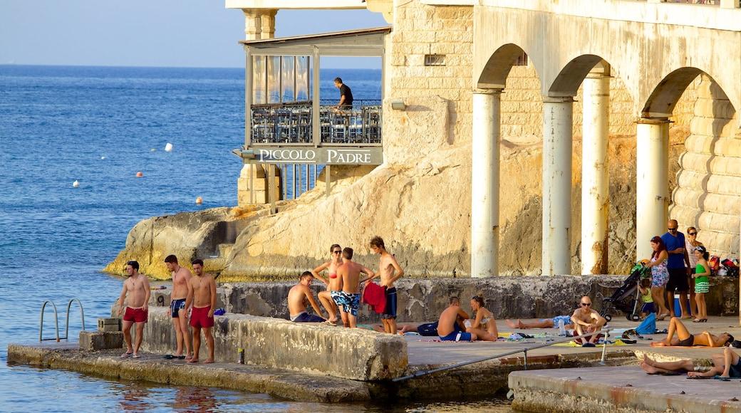 Balluta Bay mit einem historische Architektur sowie große Menschengruppe