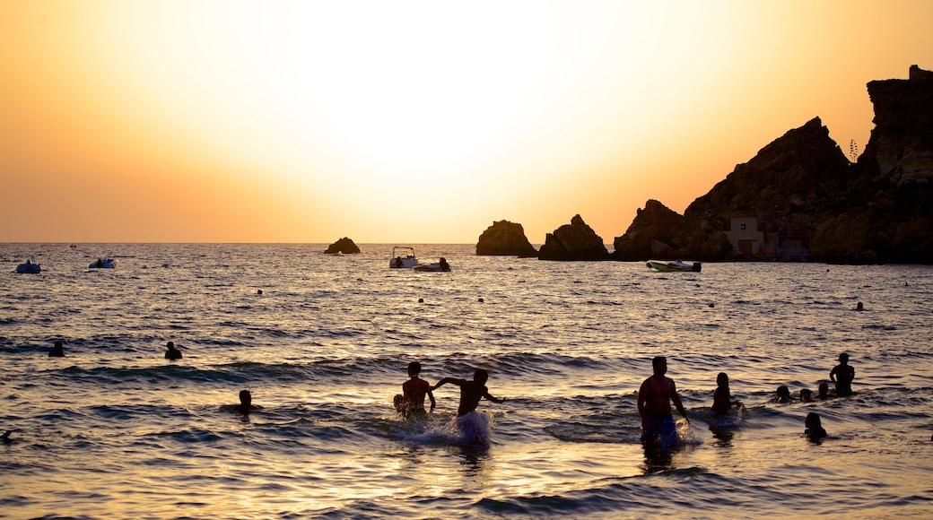 Golden Sands Beach welches beinhaltet allgemeine Küstenansicht, Schwimmen und Sonnenuntergang