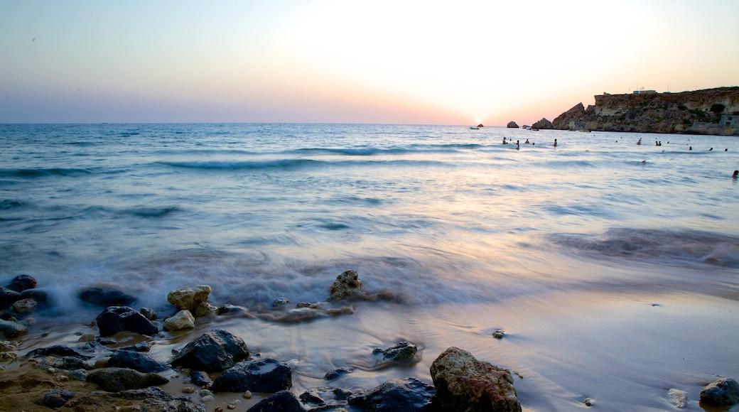 Golden Sands Beach mit einem schroffe Küste und Sonnenuntergang