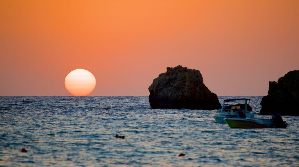 Golden Sands Beach mit einem Sonnenuntergang und schroffe Küste