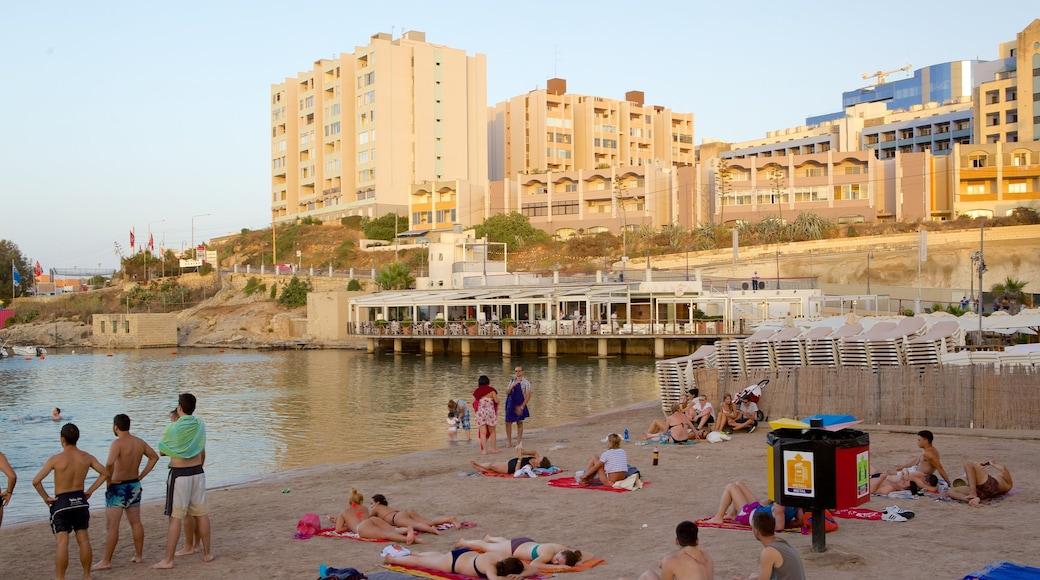 St George\'s Beach mit einem Strand und Küstenort sowie große Menschengruppe