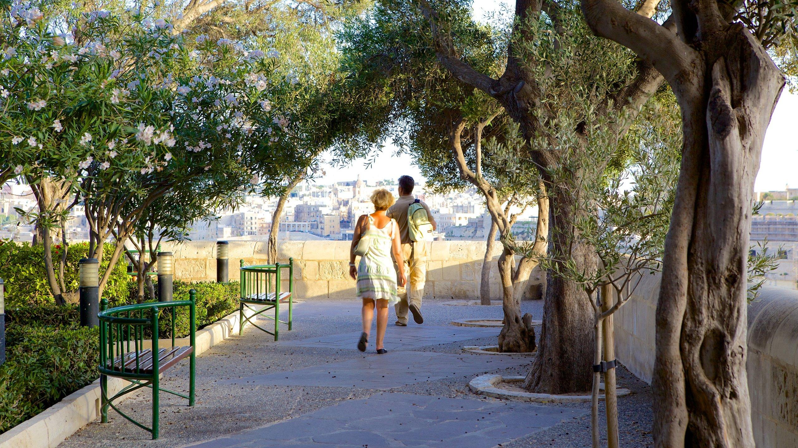 Duftende Blumen, eindrucksvolle Denkmäler und ein herrlicher Blick auf das Meer machen diese Parkanlage zu einem der schönsten Flecken Vallettas.