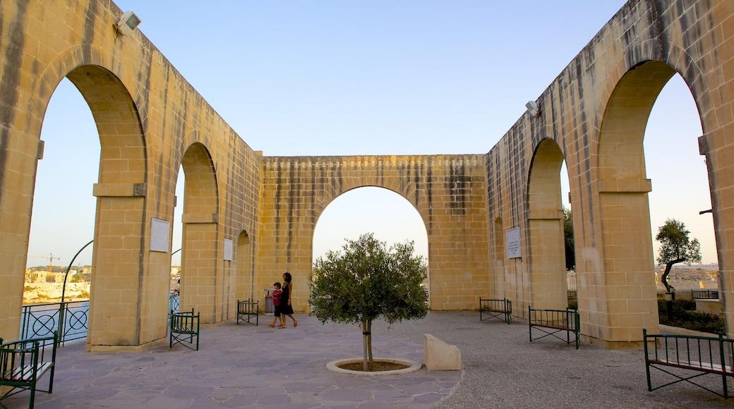 Giardini di Barrakka inferiore mostrando architettura d\'epoca