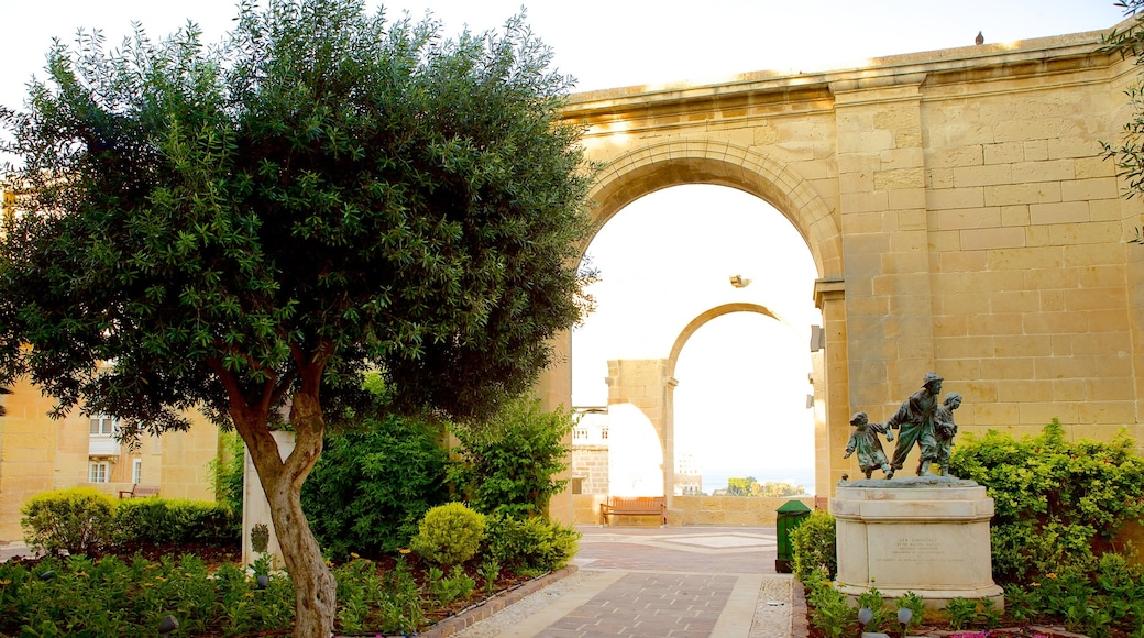 Upper Barrakka Gardens welches beinhaltet historische Architektur, Statue oder Skulptur und Park