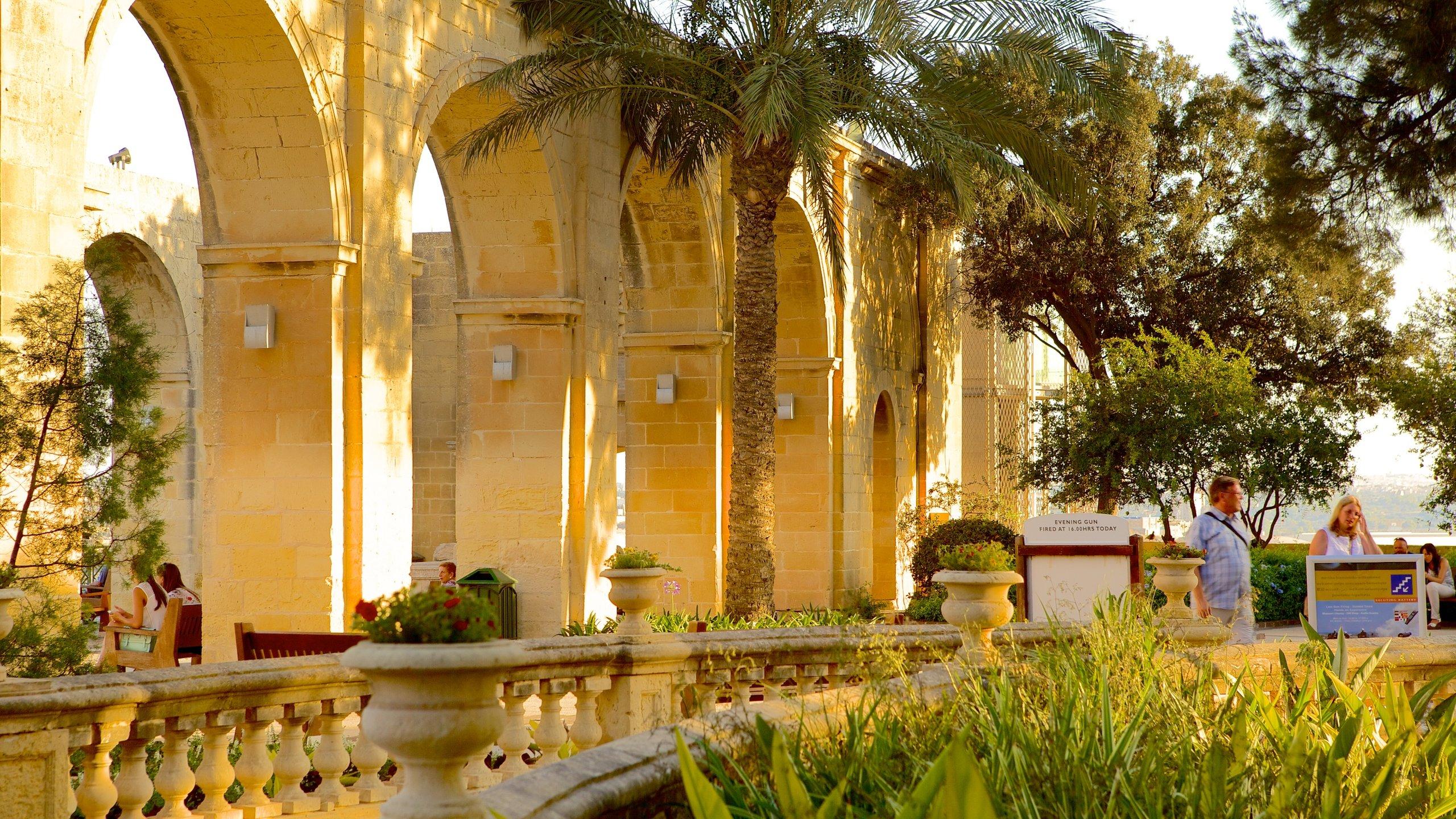 Hoch über dem Grand Harbour von Valletta liegt dieser herrliche Park voller Blumen und Statuen, von dem jeden Tag ein Salutschuss aus einer Kanone abgefeuert wird.