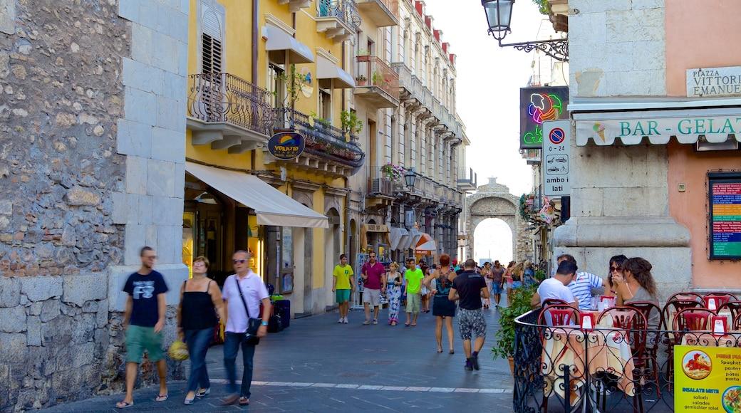 Messina mostrando strade cosi come un grande gruppo di persone