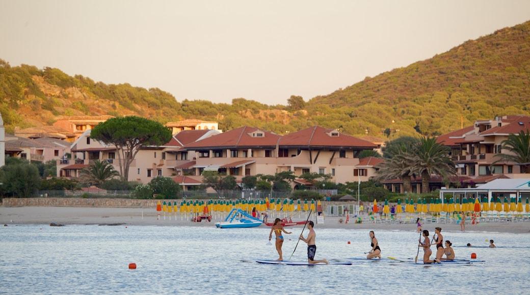 Playa La Marinella mostrando una playa de arena, deportes acuáticos y una ciudad costera