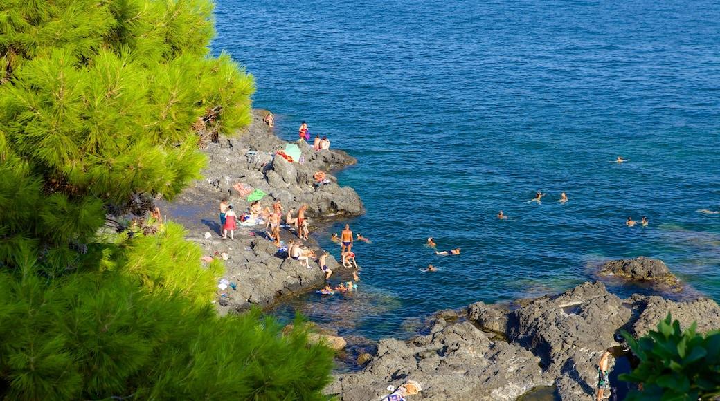 Aci Castello mostrando natación y litoral rocoso