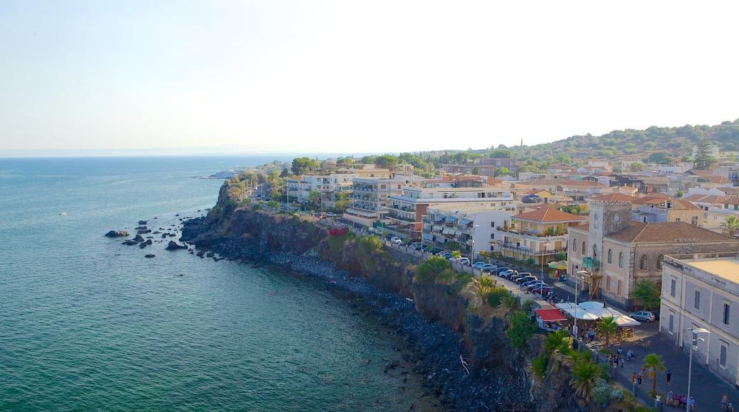 Aci Castello mostrando litoral rocoso y una localidad costera