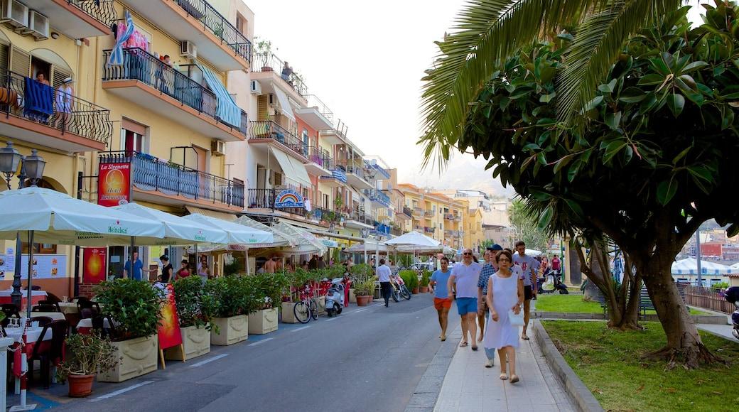 Giardini Naxos showing street scenes