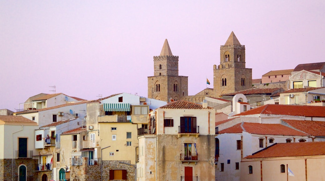 Cefalu welches beinhaltet historische Architektur und Stadt
