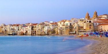 Cefalú que incluye una playa de arena y una localidad costera
