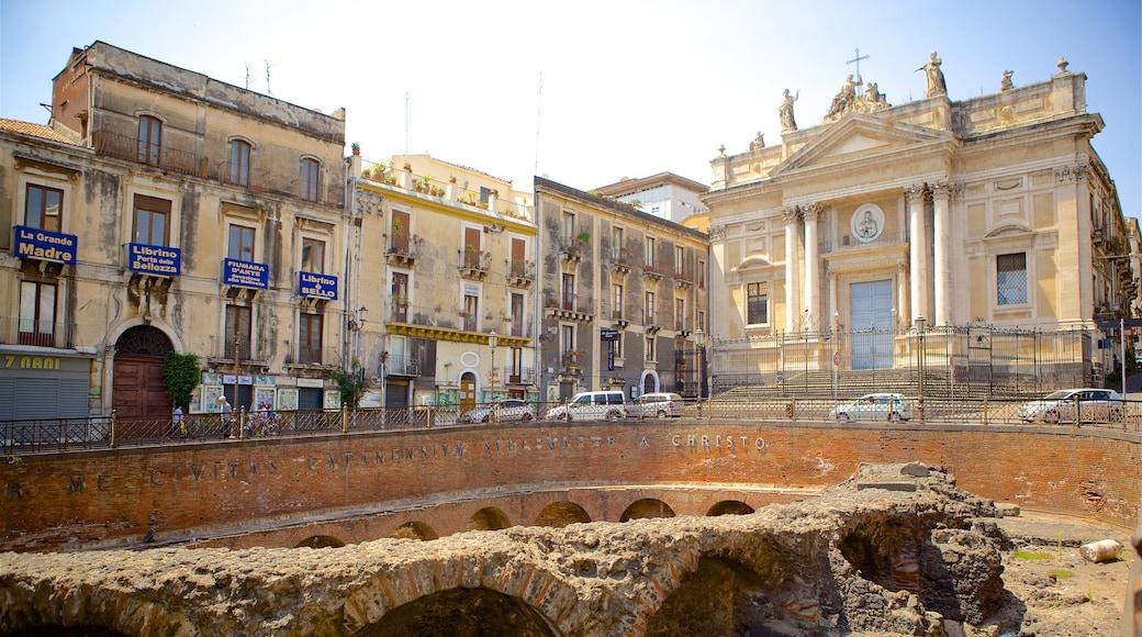Anfiteatro romano ofreciendo arquitectura patrimonial y ruinas de edificios