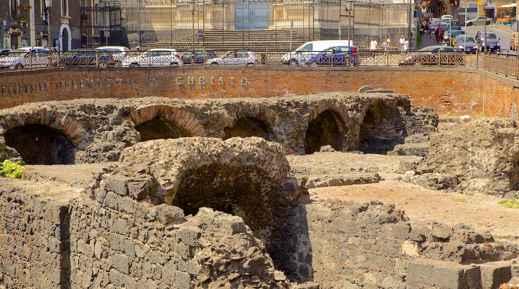 Anfiteatro romano que incluye ruinas de edificios