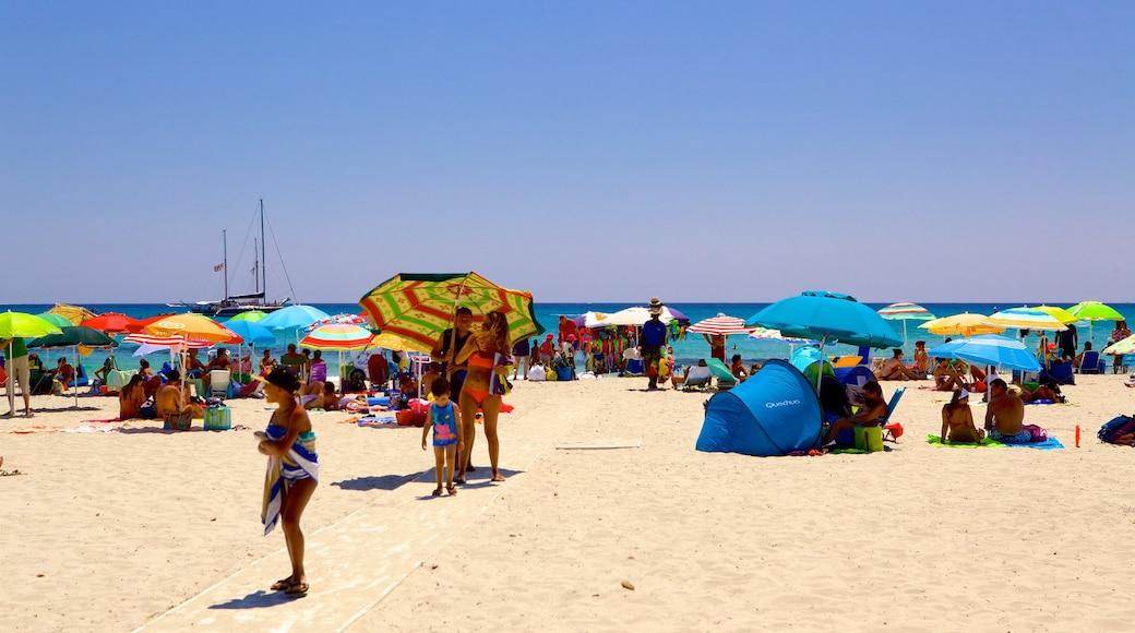 Playa Simius que incluye una playa y también un gran grupo de personas