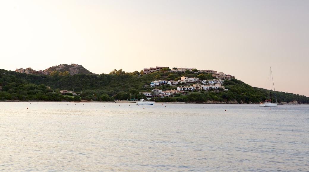 Playa La Marinella mostrando paseos en lancha, una ciudad costera y vistas de paisajes