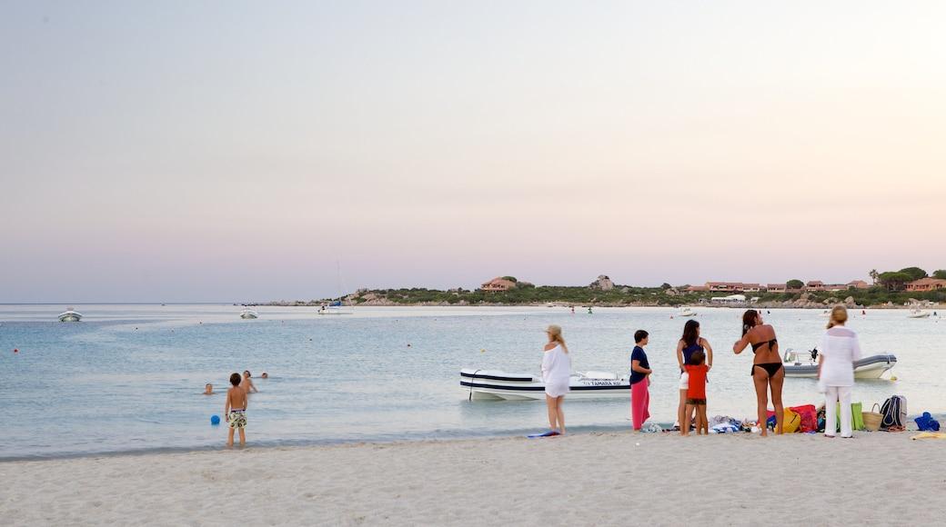 Playa La Marinella ofreciendo natación, una playa de arena y paseos en lancha
