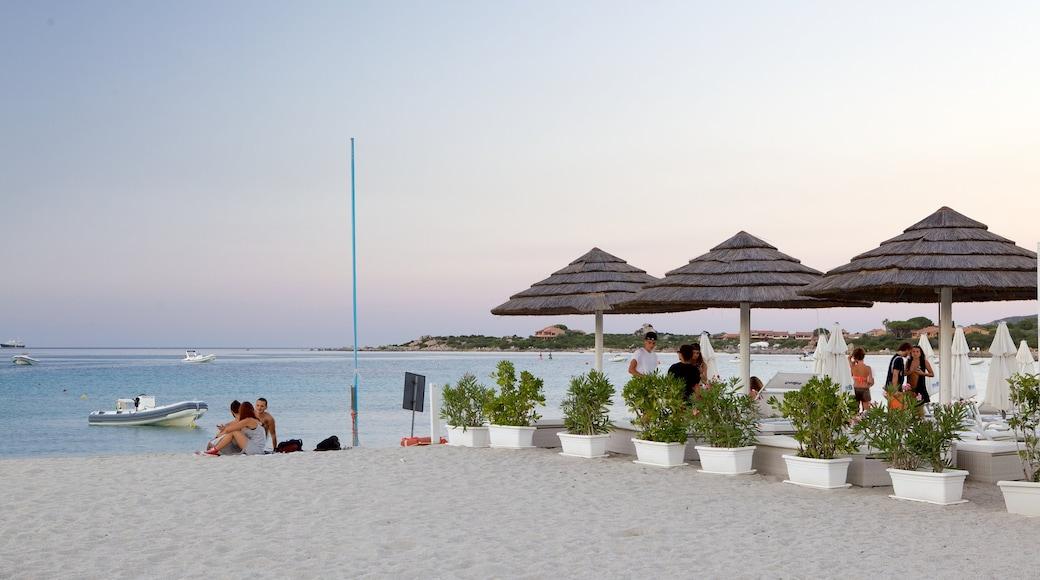 Playa La Marinella ofreciendo vistas de paisajes, paseos en lancha y una playa