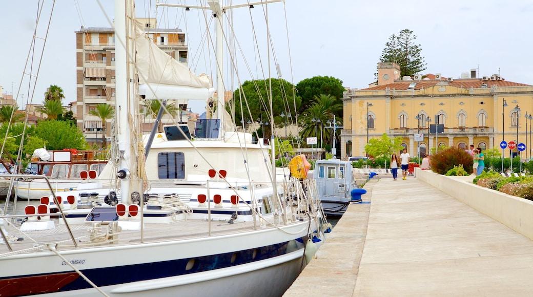 Port d\'Olbia mettant en vedette petite ville ou village