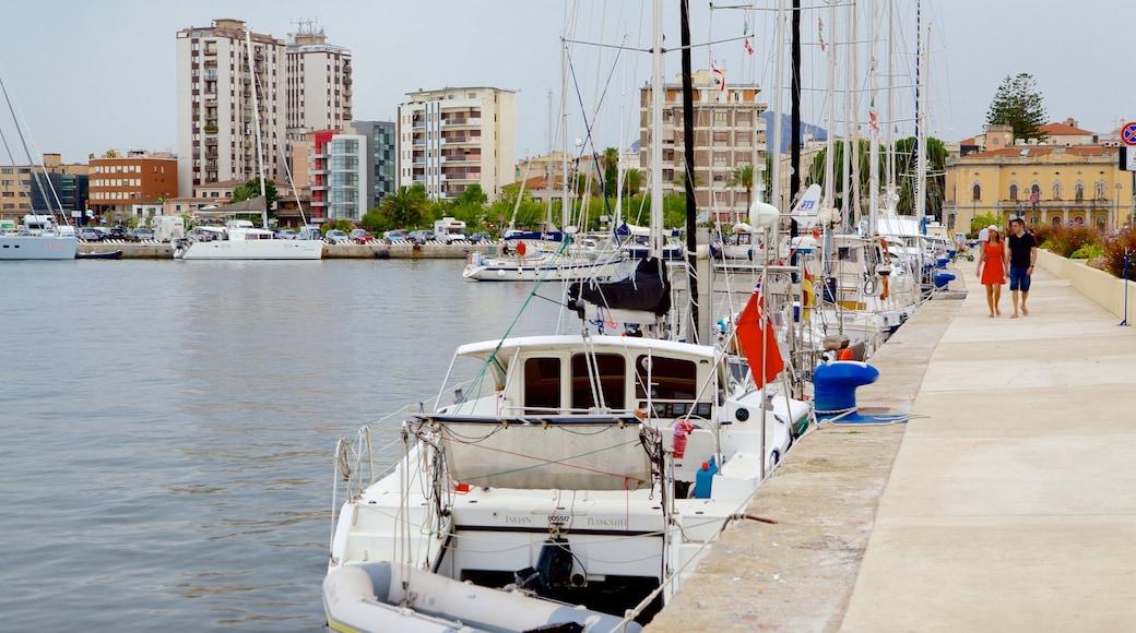 Port d\'Olbia montrant ville côtière et marina