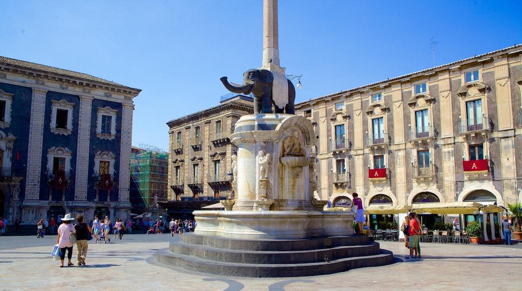 Piazza Duomo mostrando architettura d\'epoca, piazza e statua o scultura