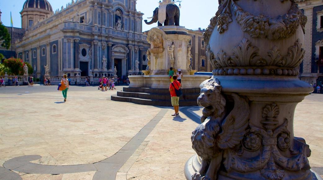 Piazza Duomo mostrando strade e statua o scultura