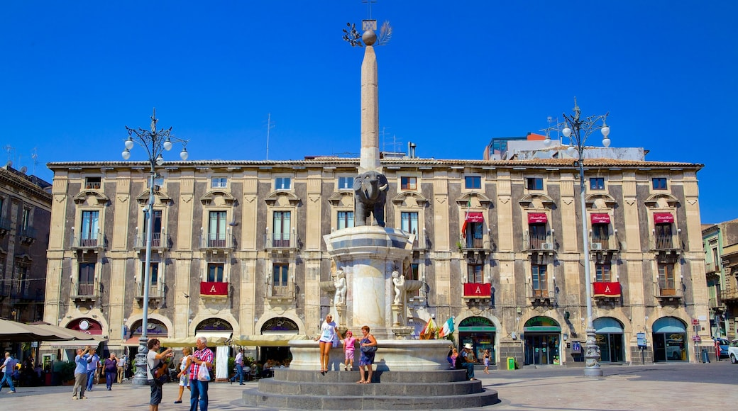Piazza Duomo mostrando piazza, architettura d\'epoca e statua o scultura